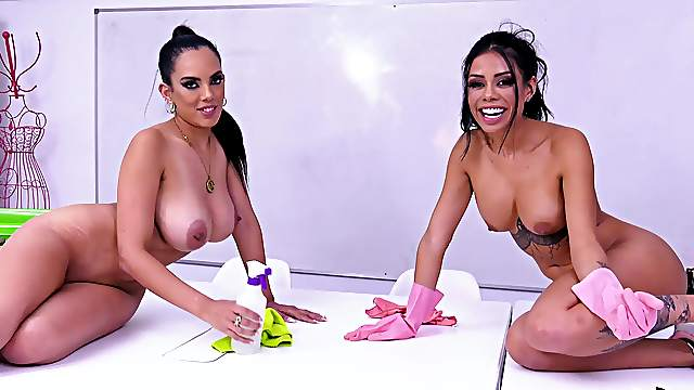Sexual delight with the same dick for two Latinas