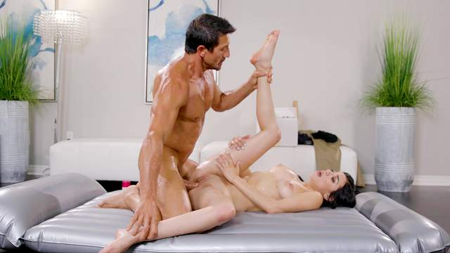 Muscled older gent gives Savannah Sixx his dick after nuru massage